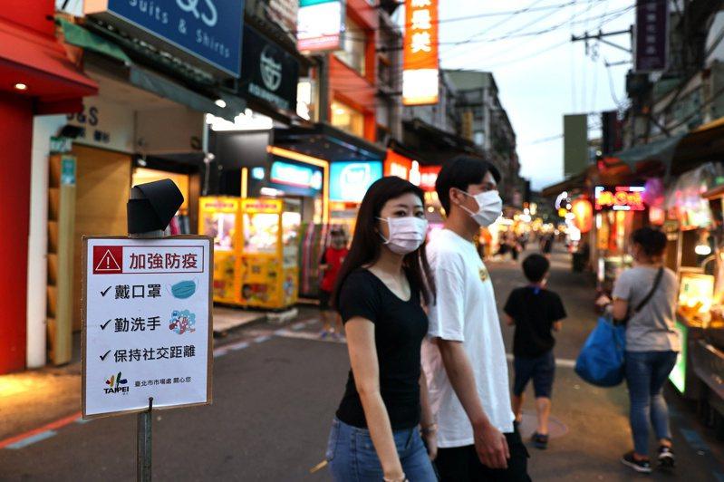 路透社指出,台灣從未實施全面封鎖,一般民眾已習慣過著近乎正常的生活。但最近社區傳播加劇,導致人心惶惶。 路透社