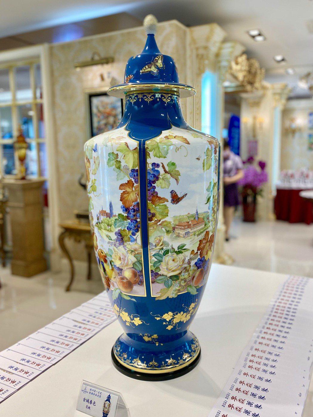 「古城春色」花瓶上美麗的窗景都是薩克森的著名景點。記者宋健生/攝影