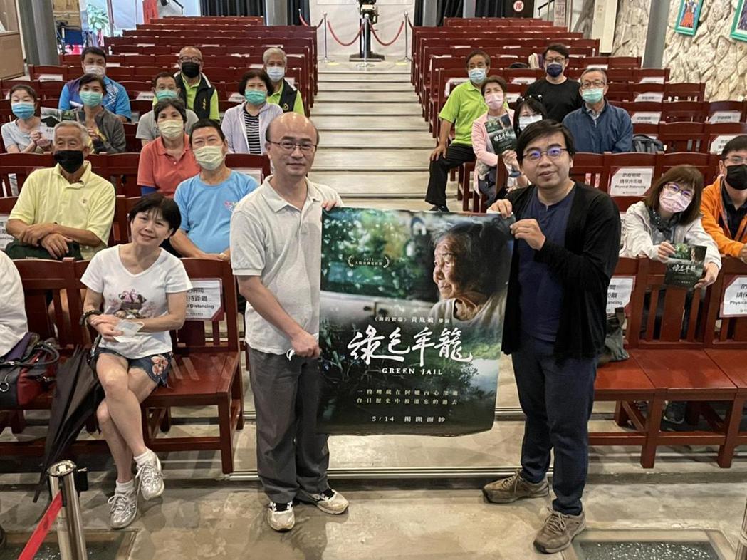 礦坑專家張偉郎(左)與導演黃胤毓一步一腳印踏查「綠色牢籠」中相關礦坑遺跡。圖/希...