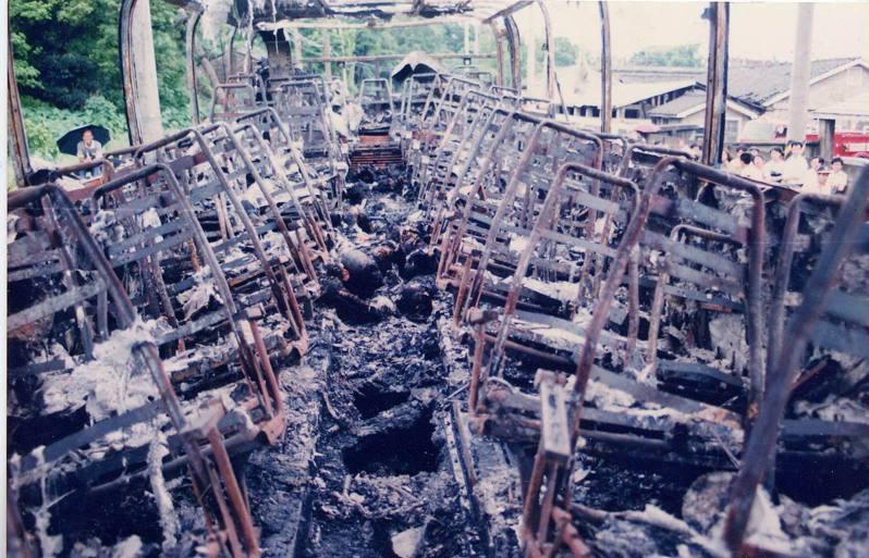 1992年05月15日發生健康幼稚園火燒車事件,泰北交通公司遊覽車燒得只剩骨架。圖/聯合報系資料照片
