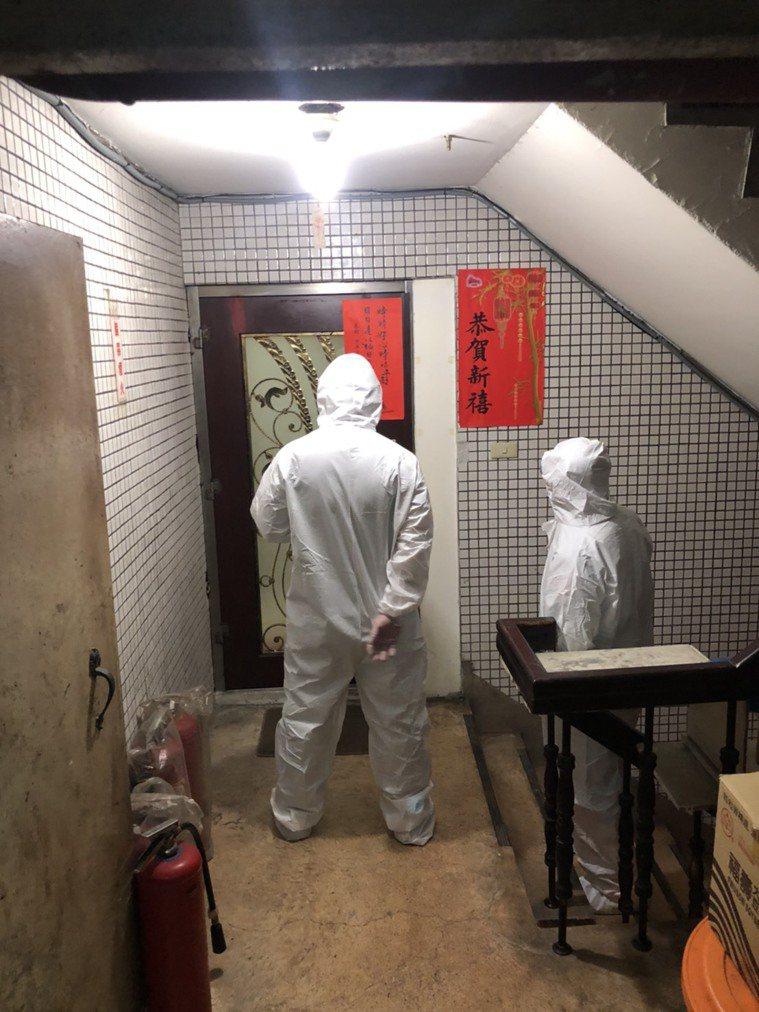 一名民眾確診失聯,警方昨天在萬華三水街找到人。記者廖炳棋/翻攝