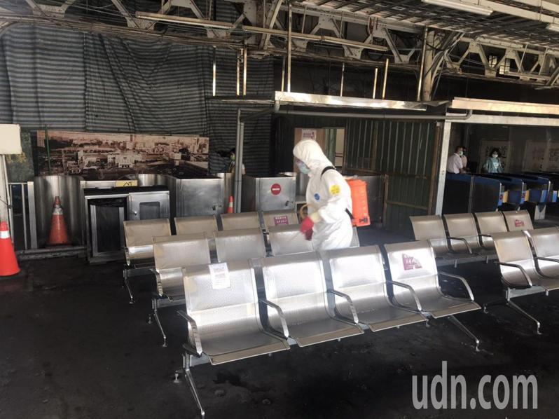 台鐵台南車站昨晚進行全面性消毒,今天上午再次清消。記者鄭維真/攝影