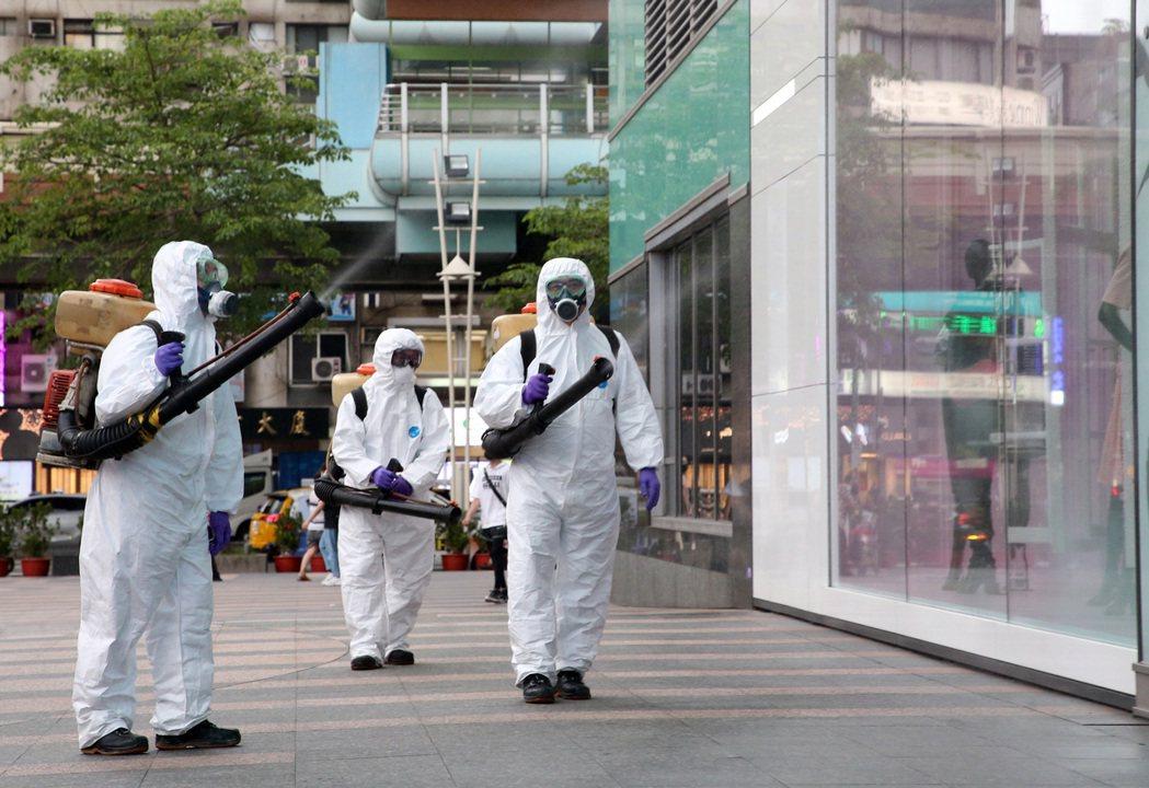 確診者足跡續增,許多地方都在消毒。本報資料照片