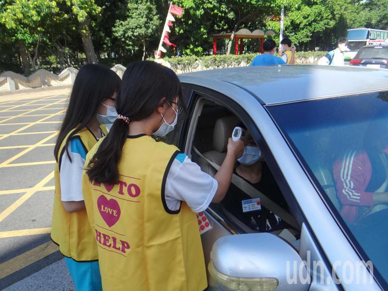 雲林各考場校門口都有人把關,進入的人車都需量體溫,才能放行,防疫滴水不漏。記者蔡維斌/攝影