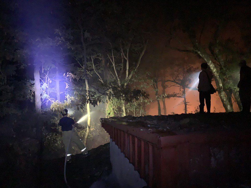 惠蓀林場火災搶救不易,消防人員日夜搶救,避免火勢擴大。圖/南投縣消防局提供