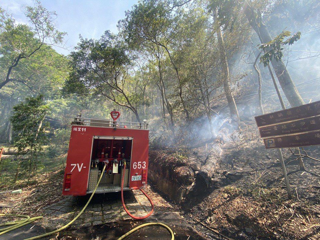 中興大學惠蓀林場森林火災擴大到10公頃,興大和南投消防局等單位動員119人陸空灌...
