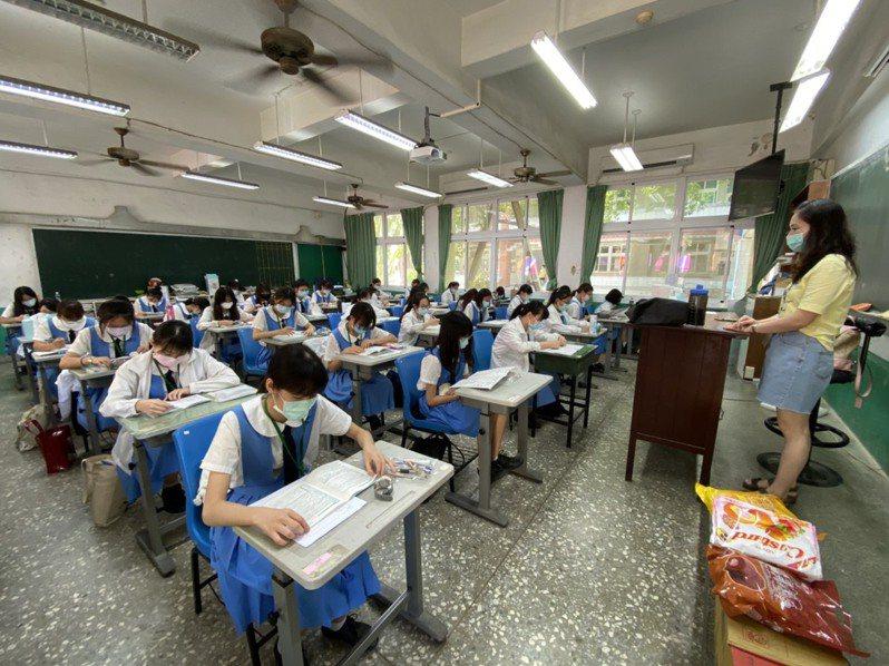 台南市國中會考上午考社會、數學,到考率高,僅零星小違規。圖/南市教育局提供