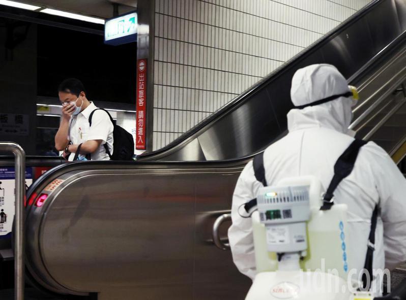 因應雙北防疫升級,且有確診者從板橋車站搭車,上午消毒人員前往車站內加強消毒,旅客活動頻繁處都加強消毒。記者曾原信/攝影