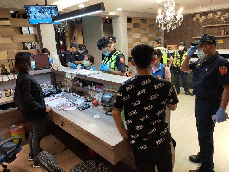 新竹縣府與縣警局組成聯合稽查小組,昨天晚間臨檢縣內多處娛樂場所,要求業者落實防疫措施。記者巫鴻瑋/翻攝