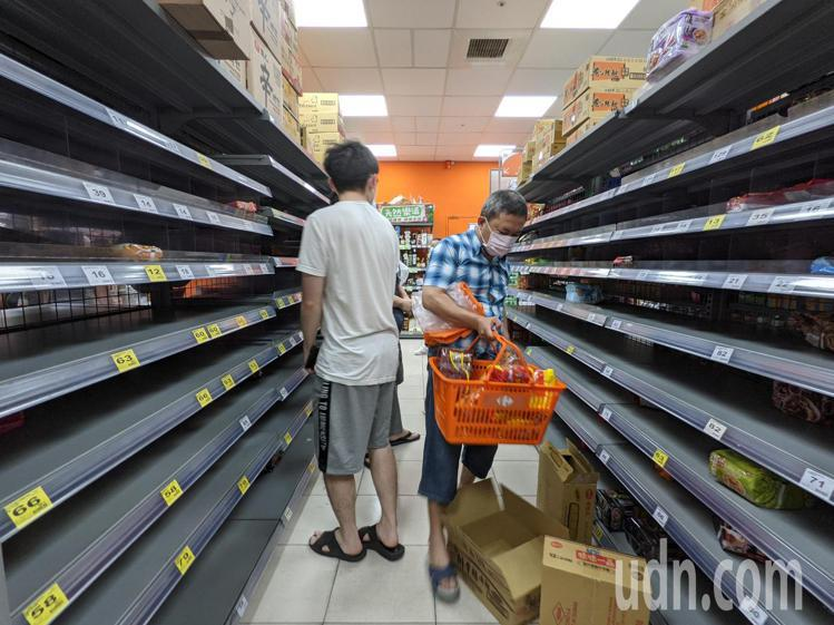 雙北宣布進入三級警戒,賣場泡麵、衛生紙等乾糧被掃刮一空。記者葉信菉/攝影