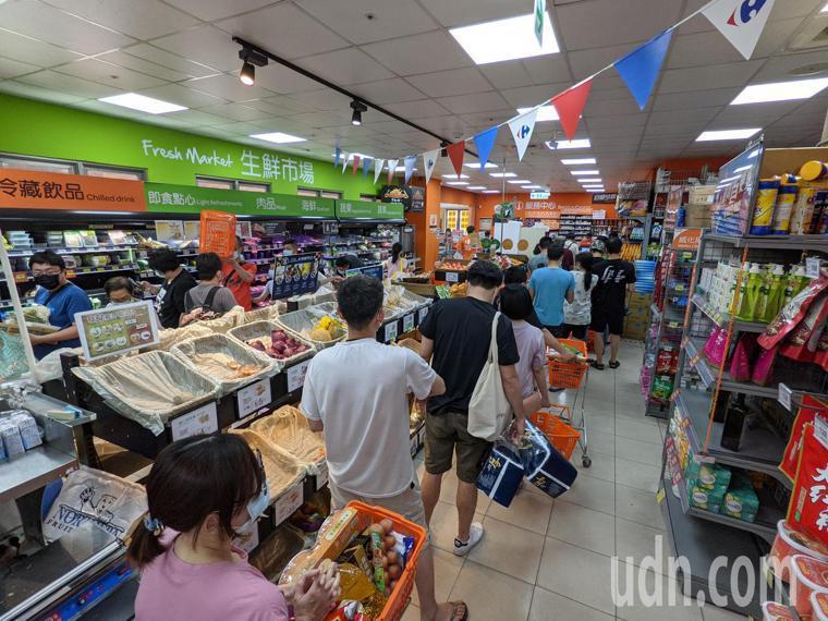 雙北宣布進入三級警戒,賣場湧入大批民眾搶購民生物資。記者葉信菉/攝影
