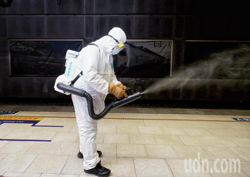 雙北正式進入防疫三級警戒,行政院緊急召開記者會說明防疫措施。記者曾原信/攝影