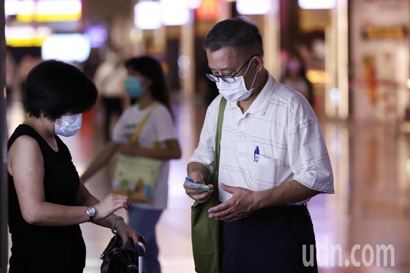 雙北正式進入防疫三級警戒,民眾外出需全程配戴口罩。記者曾原信/攝影