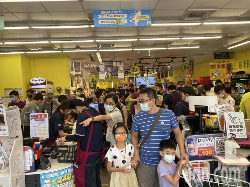 賣場內人潮不斷,民眾搶購生活必需品和食物。記者鍾維軒/攝影