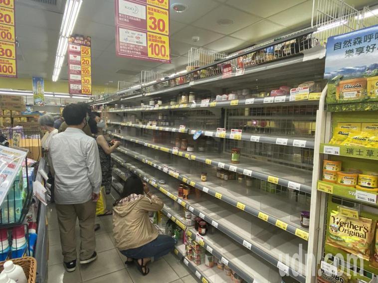 罐頭泡麵等物資被搶購一空。記者鍾維軒/攝影