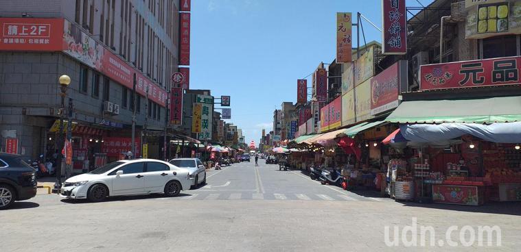 原本人潮滾滾的北港朝天宮廟前大街也變得稀少。記者蔡維斌/攝影