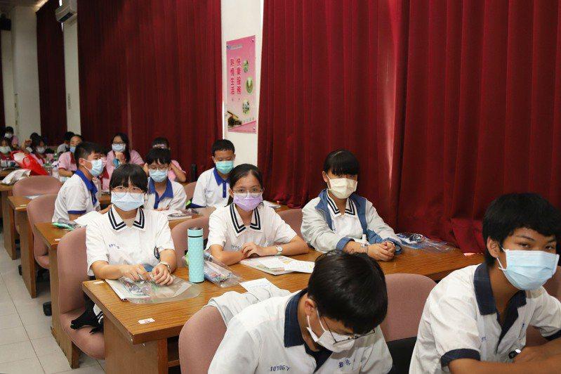 110國中教育會考今天上午登場,今年採高規格防疫,考生全程配戴口罩。圖/嘉義縣政府提供