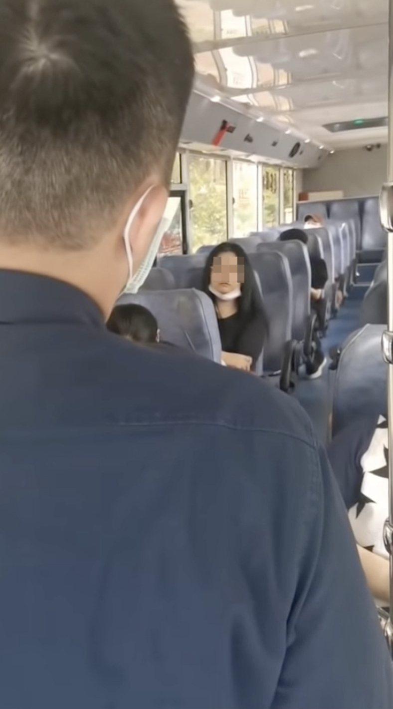 婦人搭通車口罩沒戴好,司機勸導還嗆「你18元還我」。圖/翻攝自臉書爆怨2公社