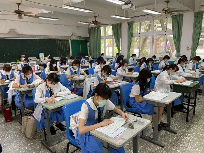 國中會考第二堂考數學,考生認為題目偏難。圖/南市教育局提供