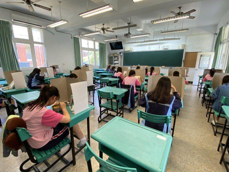 台南市教育局讓學生在試場用餐,並用夾板隔阻飛沫傳染。圖/南市教育局提供
