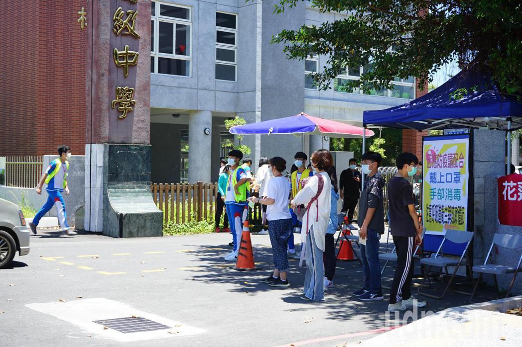 國中會考今天登場,考場採高規格防疫措施。記者王燕華/攝影