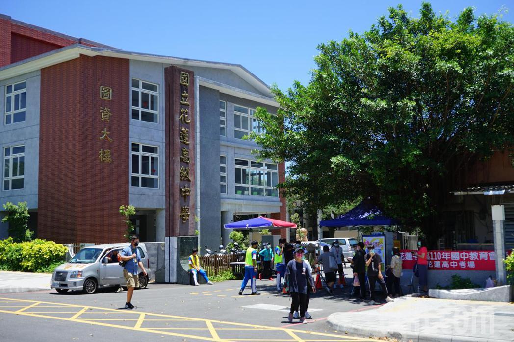 國中會考今天登場,上午考完數學科後,考生陸續走出考場。記者王燕華/攝影