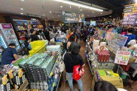 雙北防疫升級第3級!量販超市湧現爆買潮 愛買、大潤發、好市多實施限購