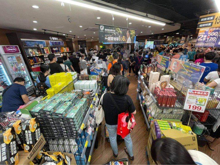 雙北防疫警戒等級即日起至5月28日升級為第三級警戒,量販超市湧現大批搶買潮,全聯...