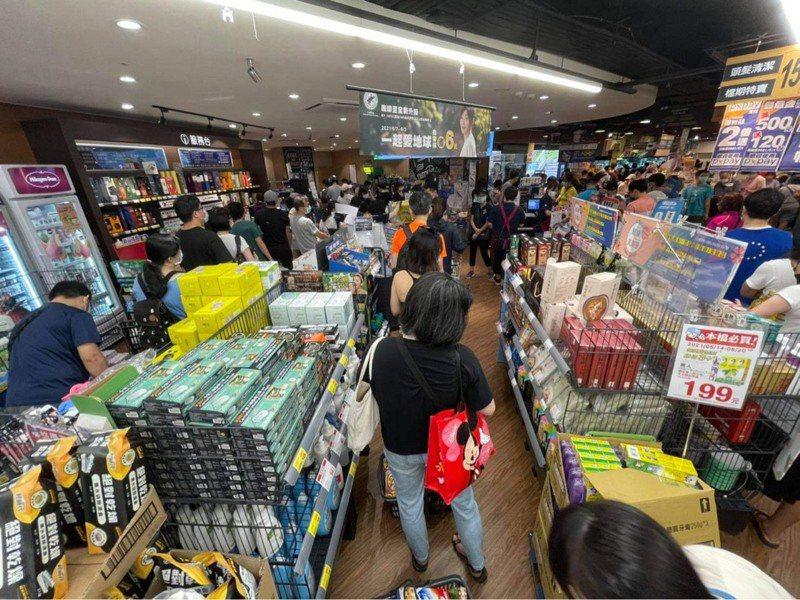 雙北防疫警戒等級即日起至5月28日升級為第三級警戒,量販超市湧現大批搶買潮,全聯內湖店結帳人潮繞店一圈半。圖/讀者提供