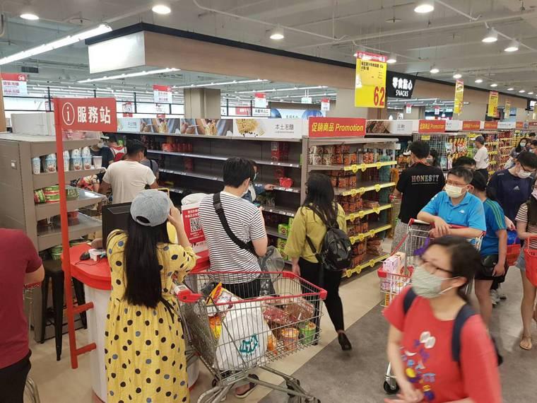 雙北防疫警戒等級即日起至5月28日升級為第三級警戒,量販超市湧現大批搶買潮,泡麵...