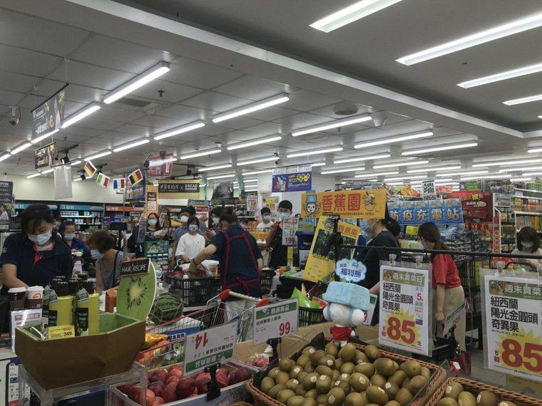 雙北防疫警戒等級即日起至5月28日升級為第三級警戒,量販超市湧現大批搶買潮,結帳...