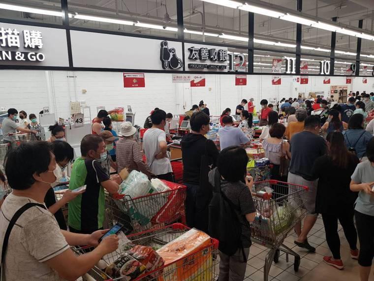 雙北防疫警戒等級即日起至5月28日升級為第三級警戒,量販超市湧現大批搶買潮,入場...