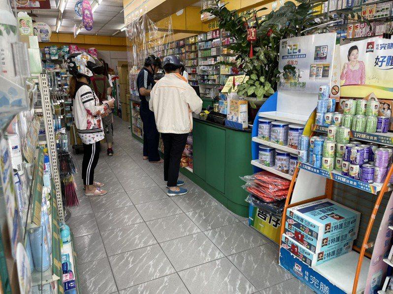 疫情拉緊報,各大藥局、賣場都擠滿搶購防疫、生活物資的人潮,許多貨架上都已經空了。非新聞描述藥局。圖/讀者提供