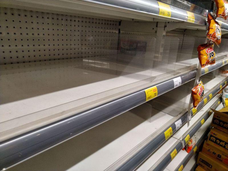 賣場出現搶購潮,泡麵、罐頭、乾糧、冷凍食品與耐放蔬果都是熱門產品。圖/林小姐提供