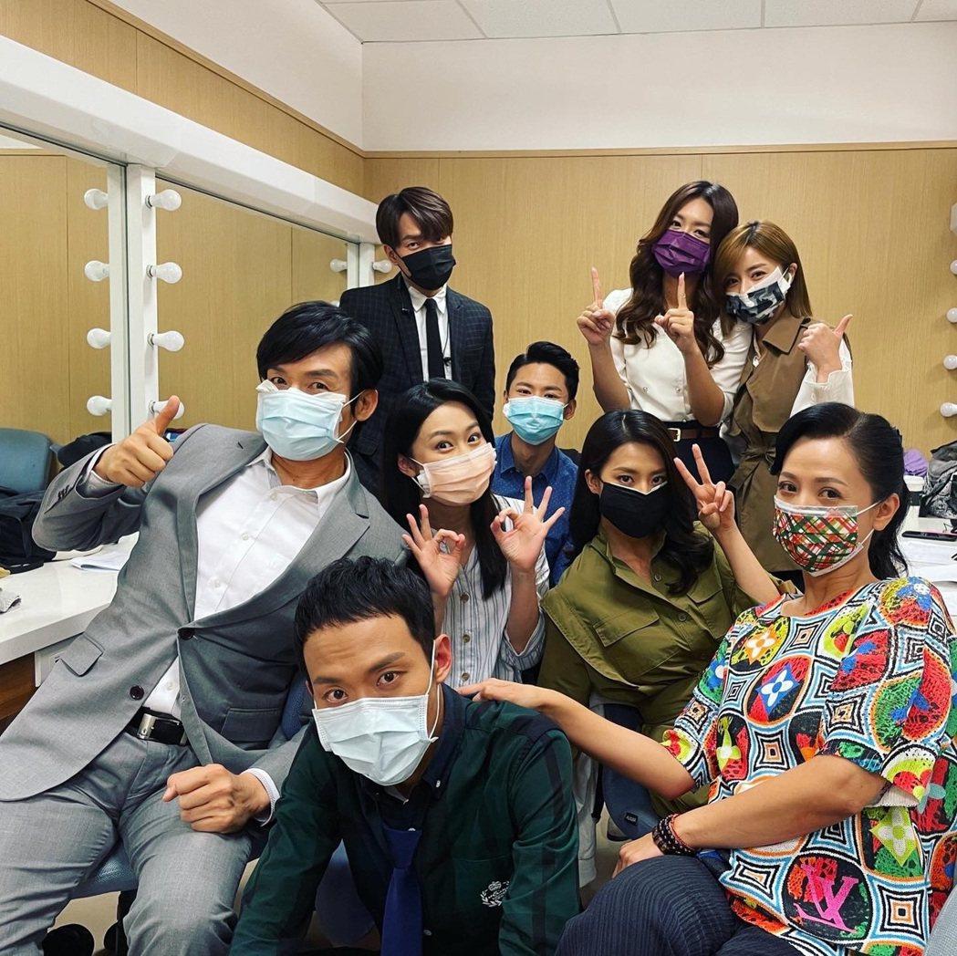 民視「多情城市」演員全員戴上口罩防疫。圖/民視提供