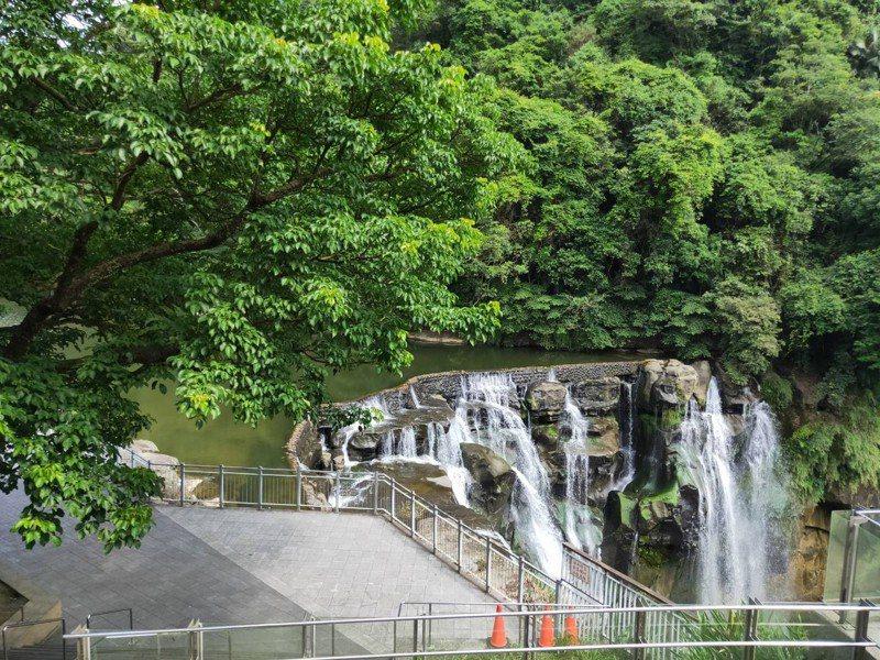 新北市觀光旅遊局宣布,新北市所有旅服及遊客中心、「十分瀑布園區」從今(15)日14時起,關閉至5月28日。圖/新北市觀旅局提供