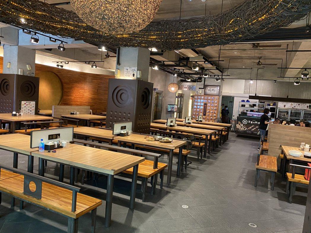台南老字號福樓餐廳近日退訂電話多,今天周末中午僅有一桌消費者來吃合菜。記者鄭維真...