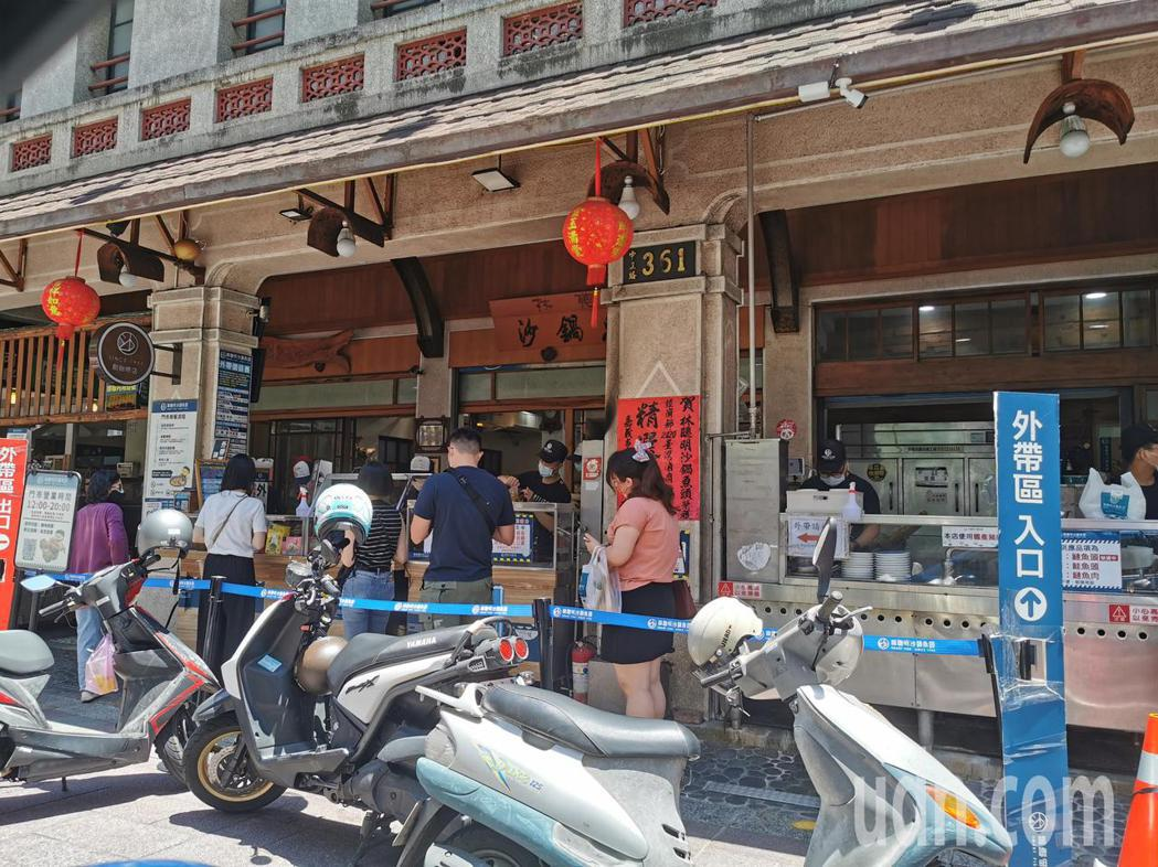 林聰明砂鍋魚頭今天中午到店用餐客人明顯減少,許多客人都排隊外帶。記者卜敏正/攝影