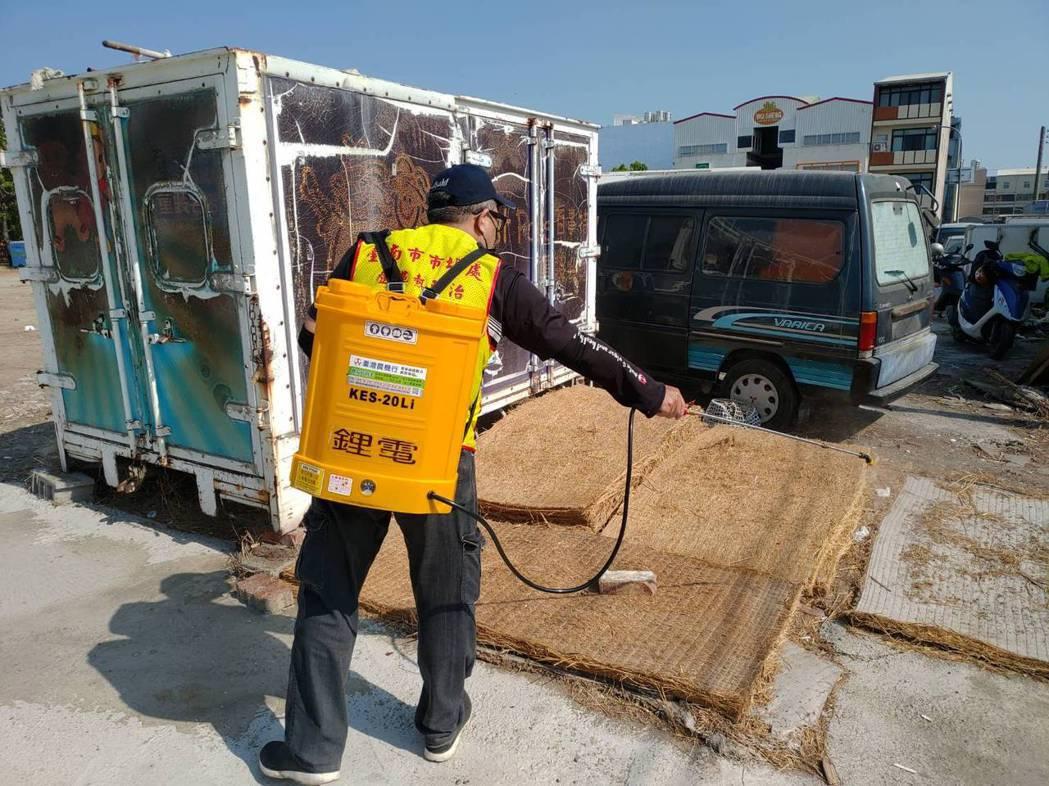 台南市經發局針對132處傳統市場加強清毒。圖/市府提供