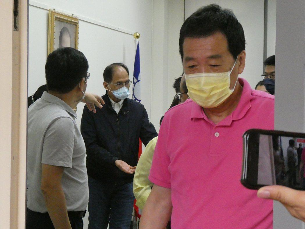 新冠肺炎疫情升溫,中央流行疫情指揮中心上午宣布,雙北地區進入三級警戒,立法院下午...