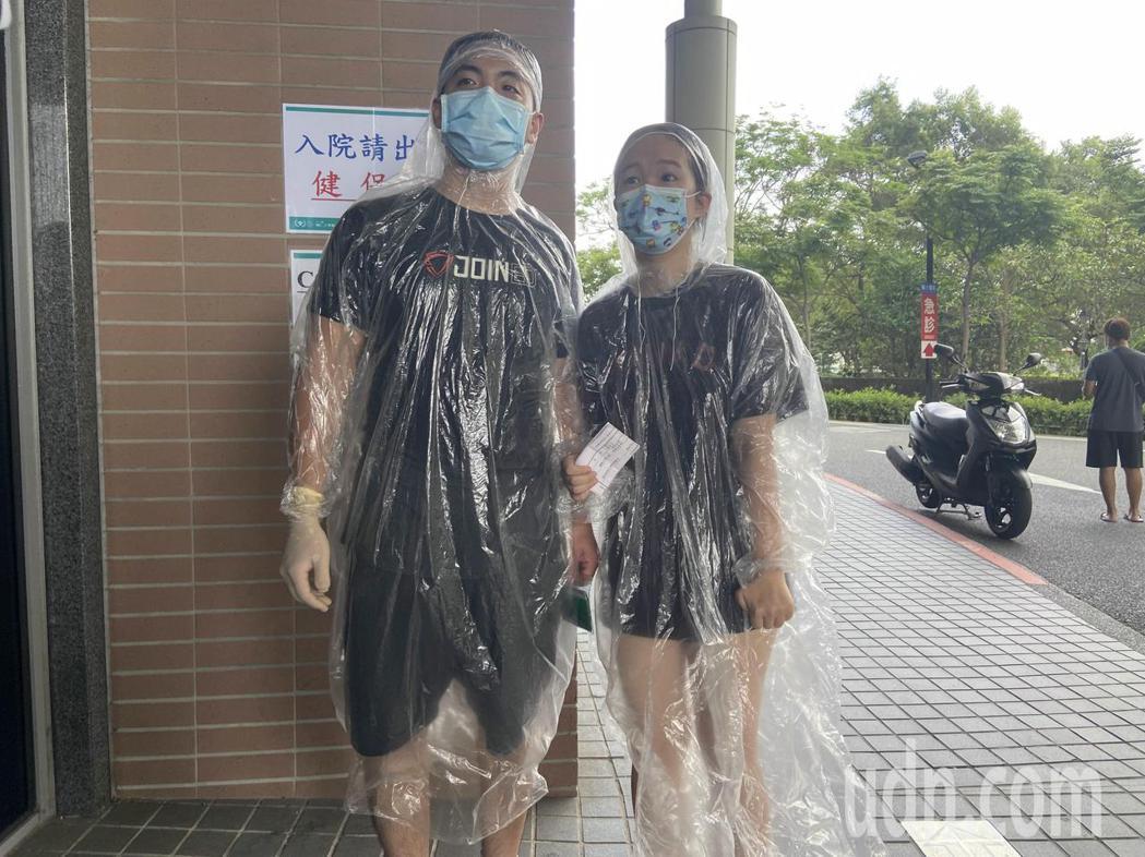 陳先生與鄭小姐因轉診前來看病,不畏高溫、身著輕便雨衣充當防護衣。記者柯毓庭/攝影