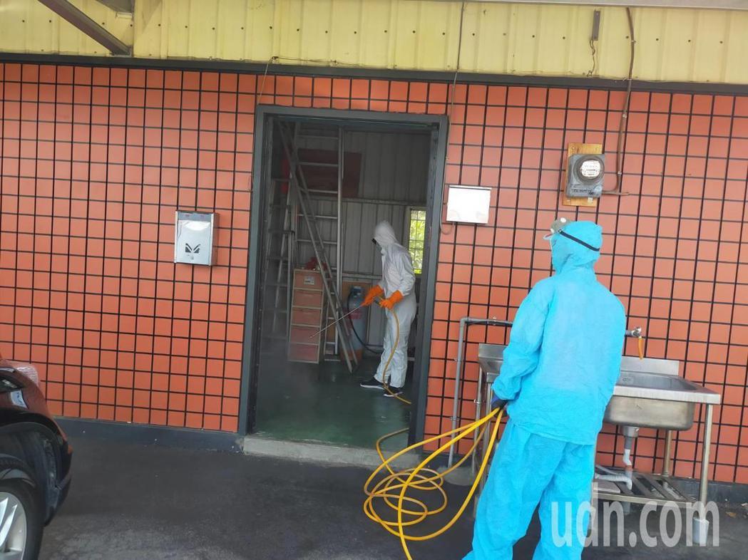彰化縣有一家6口確診,其中一人在台中上班,地方基層清潔隊今天持續大消毒。記者簡慧...