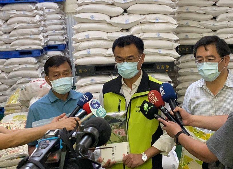 農委會主委陳吉仲(中)今天視察霧峰農會北柳辦事處包裝米倉庫,並說明台灣目前存量足...