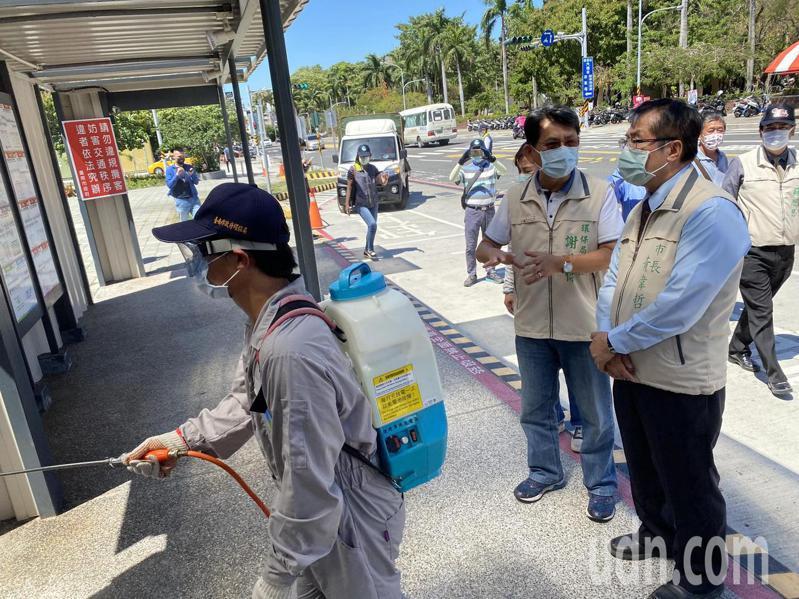 台南市長黃偉哲今下午到台南轉運站視察消毒情況。記者鄭維真/攝影