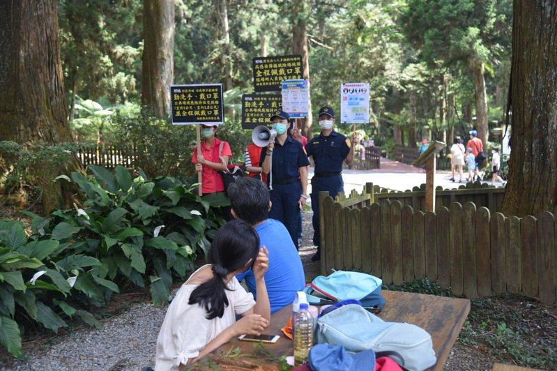 南投縣防疫宣導小組今天到溪頭等風景區提醒遊客落實防疫,降低感染風險。圖/南投縣政府提供