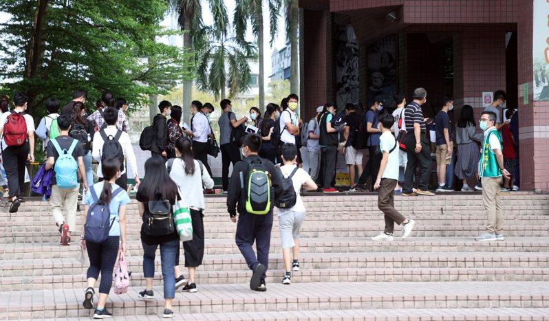 國中教育會考於5月15日及16日登場,由於疫情嚴重升溫,考生入場需量體溫、消毒。記者曾吉松/攝影