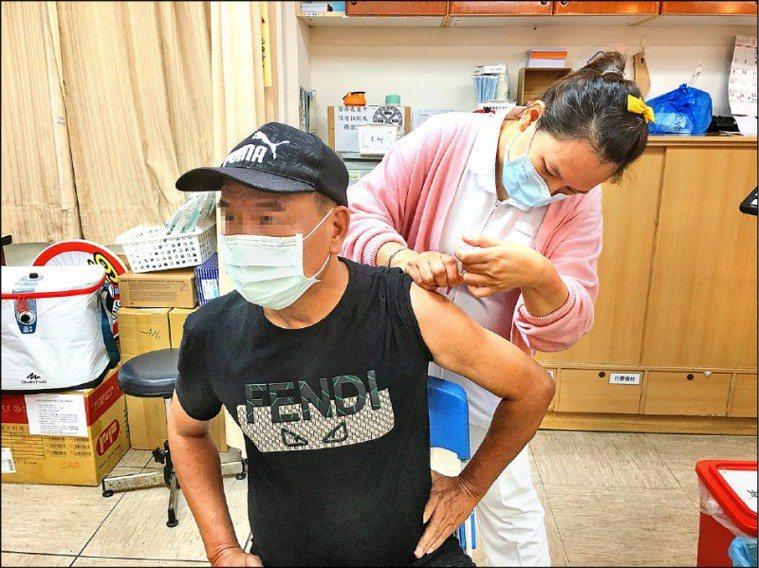 本土確診案例暴增,AZ疫苗施打意願明顯提高。圖/屏基提供