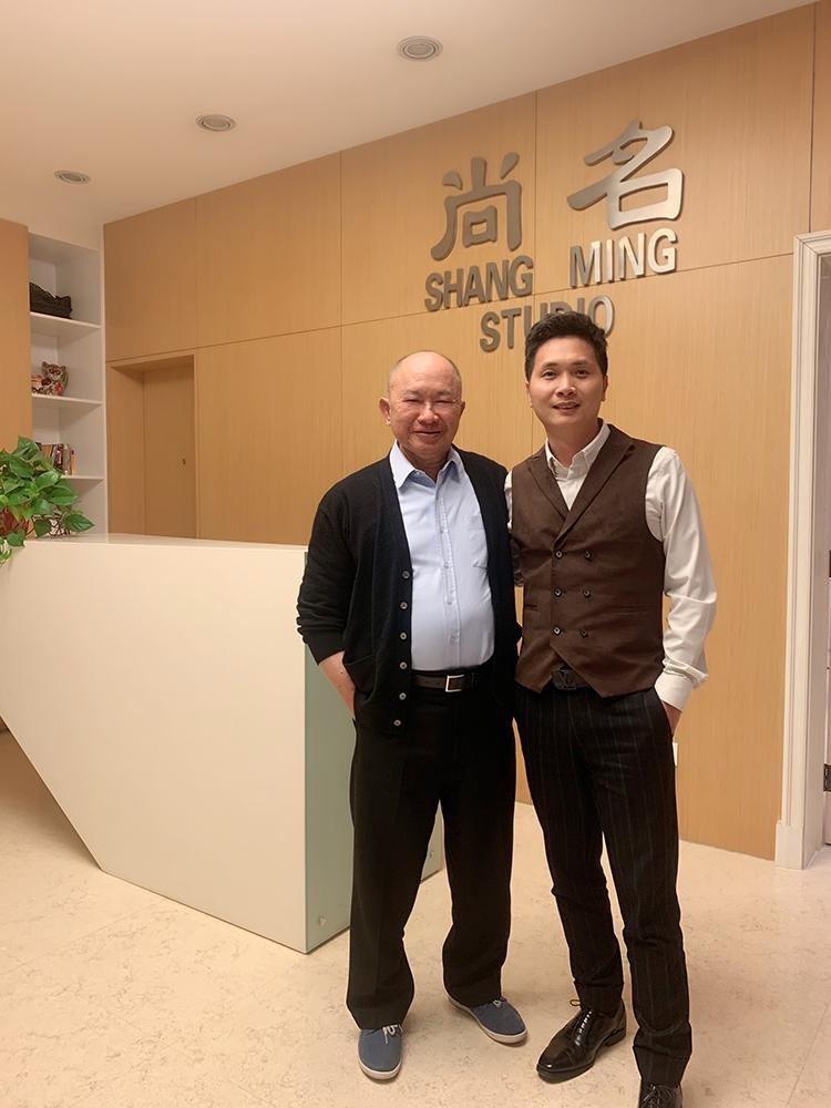 吳宇森(左)與廖寶軍會面。圖/人人娛樂提供