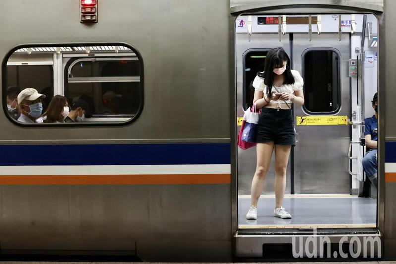防疫考量,台鐵對號列車禁站票,使用電子票券旅客只能搭乘區間車。記者許正宏/攝影