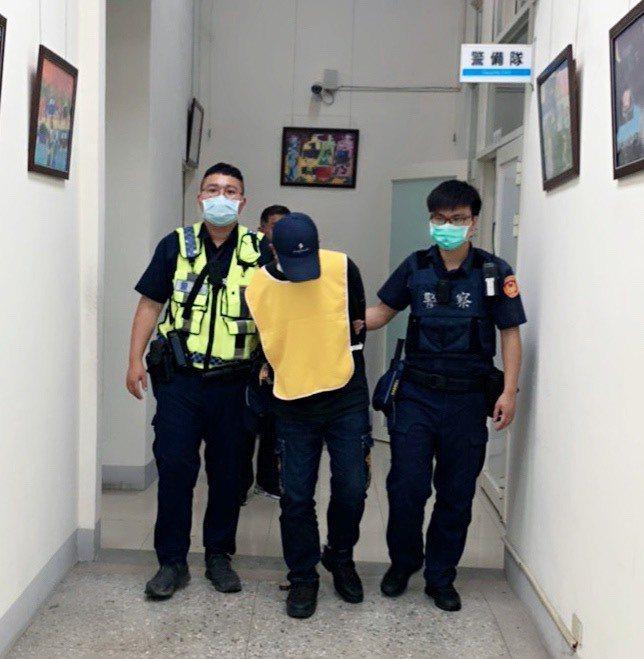四處躲藏的張嫌以為警察都忙著防疫,沒想到一出現買東西就被警察逮捕歸案。記者蔡維斌/翻攝